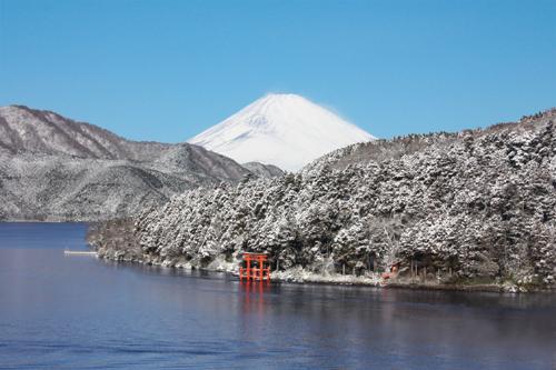 展望室よりみる芦ノ湖と富士山冬