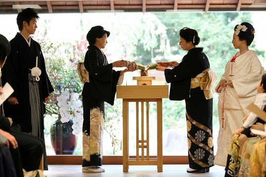 由緒正しい神前式と風情ある<br />温泉旅館ならではの空間と<br />お料理の味わいとともに、<br />心に残るおもてなしウェディングを☆
